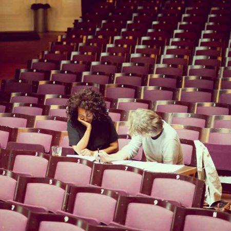 Caroline Henderson og Nikolaj Hess under arbejdet med 'Divaer i Glas'